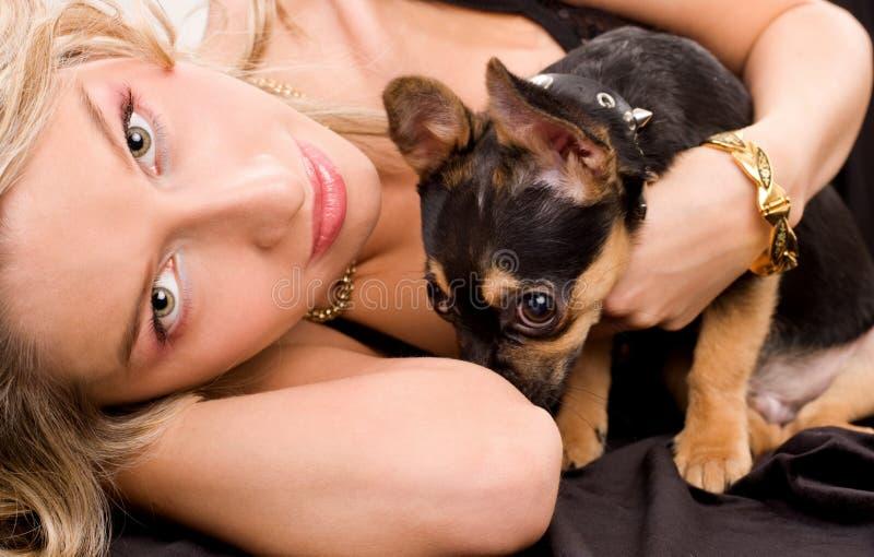 Liegende blonde Frau mit einem Hund stockbilder
