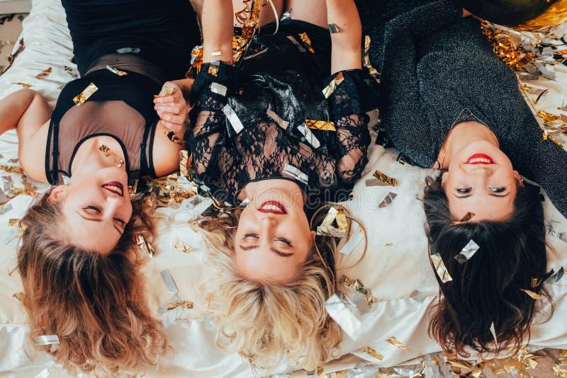 Liegende umgedrehte Konfettis der Frauentreffpunkt-Freude stockfoto