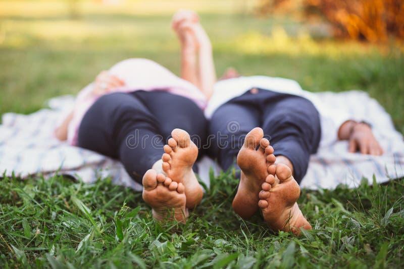 Liegende und entspannende Paare lizenzfreie stockbilder