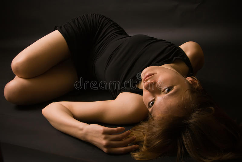 Liegende verlockende Frau stockfoto