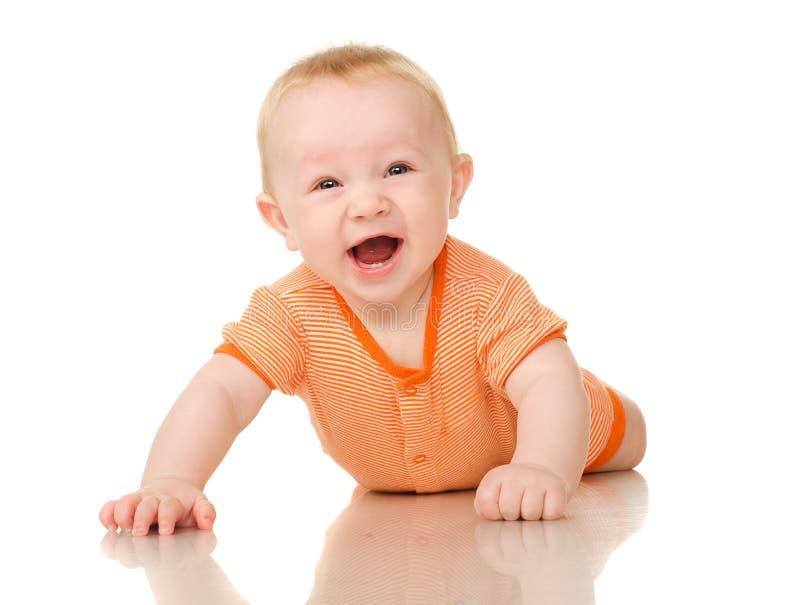 Liegendes lustiges Baby in der Orange stockfotos