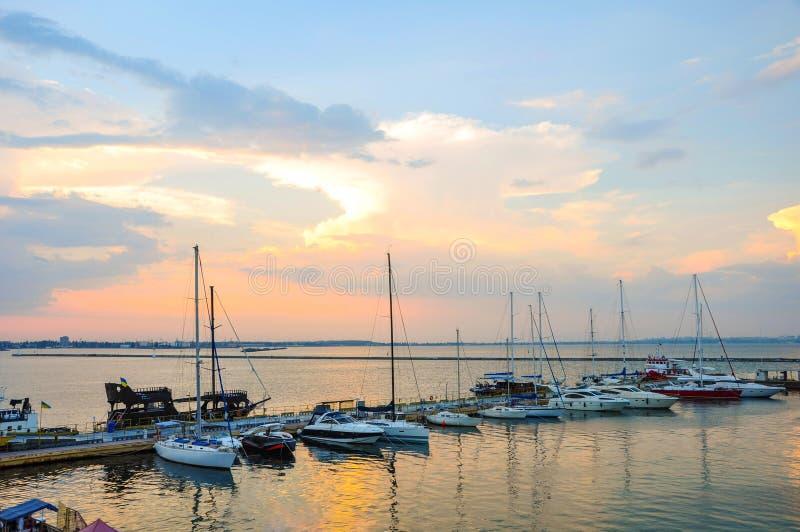 Liegeplatz für Yachten und Boote im Seehafen lizenzfreie stockfotos