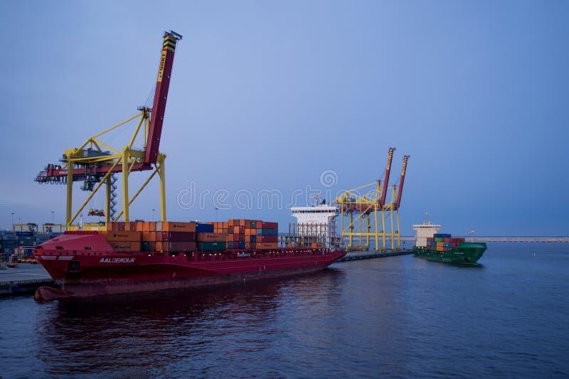 Liegeplatz und Containerschiffe stockfotografie