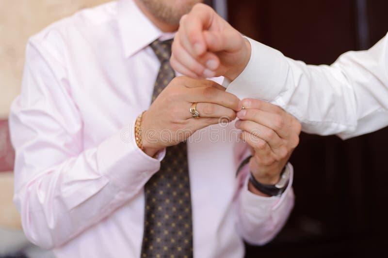 Lien de manchette sur la douille du marié images stock