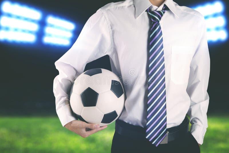 Lien du football de directeur sans visage de club et ballon de football de port de se tenir photos libres de droits
