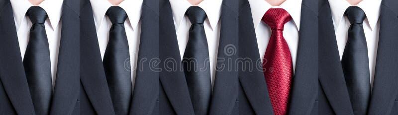 Lien rouge entre les cravates noires photos stock
