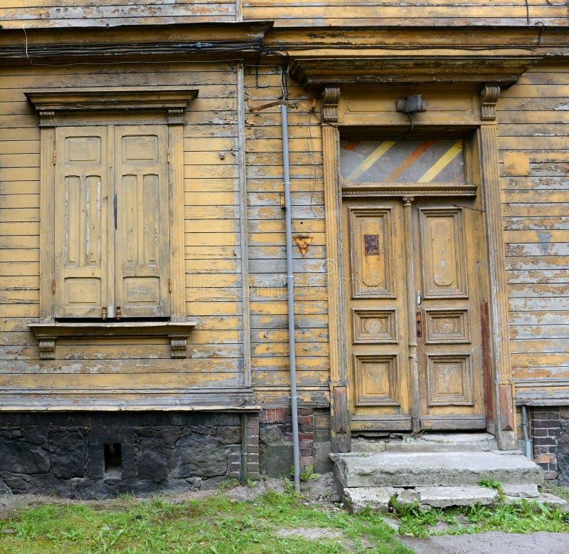 LIEPAJA, ЛАТВИЯ - 25-ОЕ ИЮЛЯ 2013: Взгляд улицы с деревянным стоковое изображение