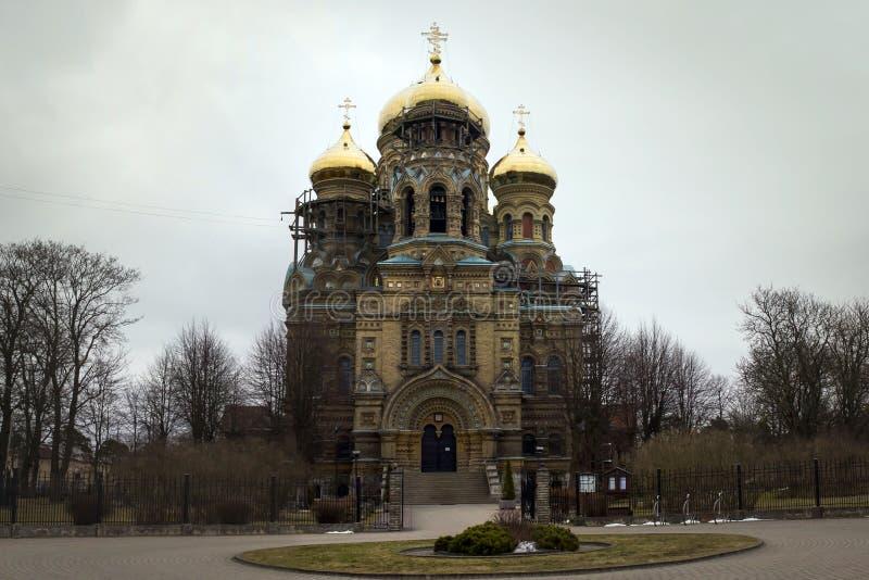 LIEPAJA LATVIA, Marzec, -, 2017: Złoto domed St Nicholas katedrę w Liepaja obraz royalty free