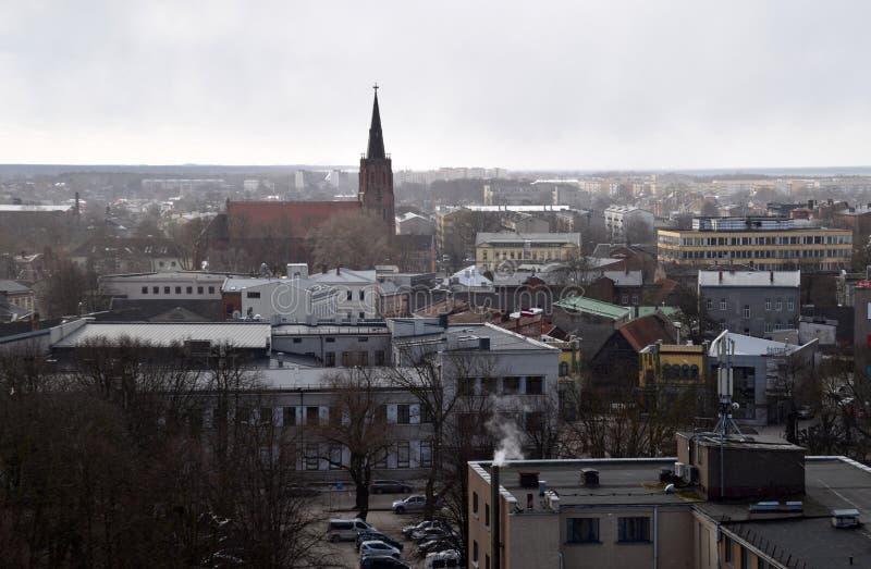 Liepaja Lettland, 16 mars, 2018 Sikten av den Liepaja staden med kyrkan för St Anne's arkivfoton