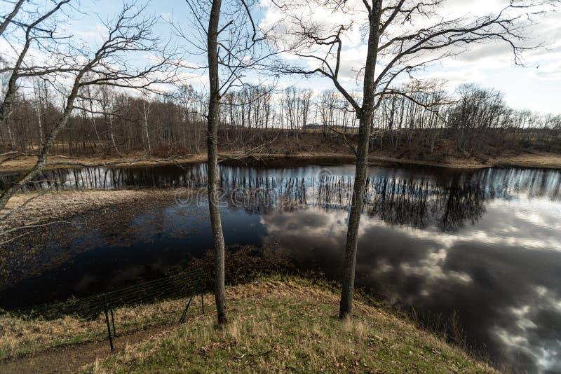 LIEPUPE, LETTLAND - 13. APRIL 2019: Landsitz Liepupes Muiza im schönen sonnigen Frühlingswetter mit blauem Himmel und Wolken -  lizenzfreie stockbilder