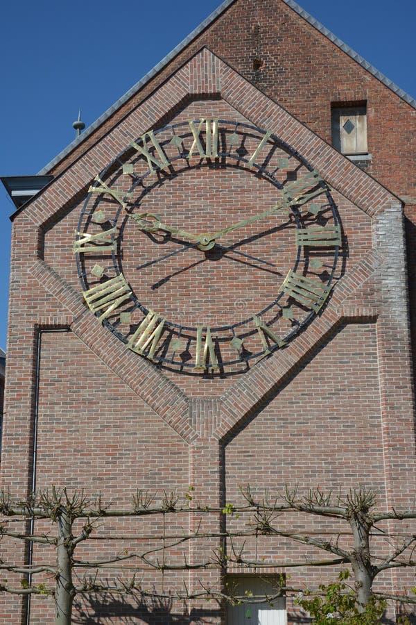 Lier, Belgien Uhrwerk auf der Seitenfassade der Bibliothek stockfotos