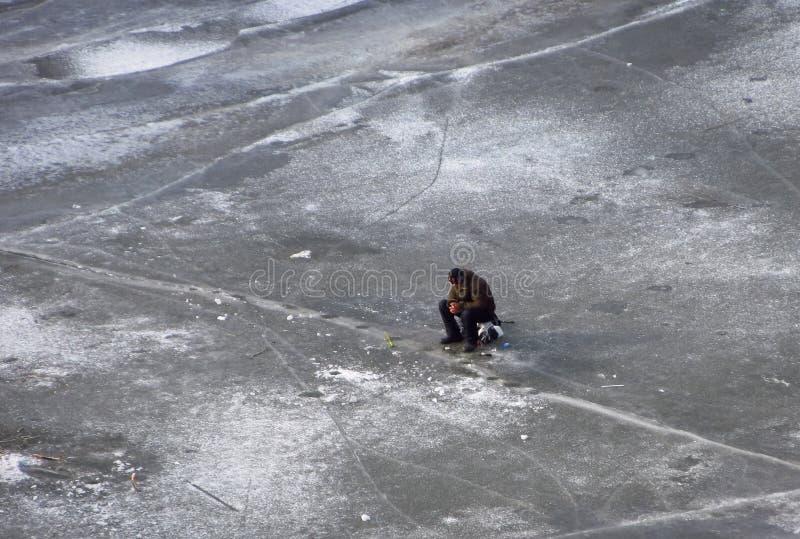 lies för fiskeis bara blockerade vinterzander Fiskare på is arkivfoto