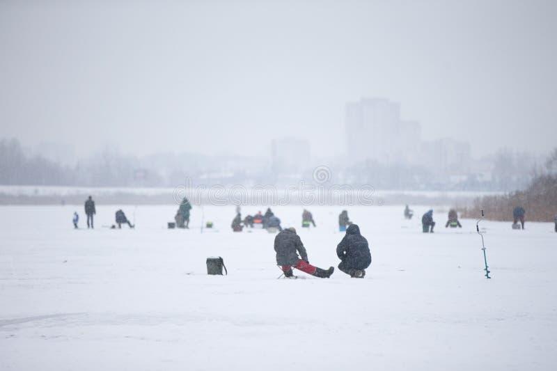 lies f?r fiskeis bara blockerade vinterzander arkivbilder