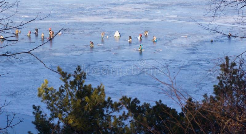 lies russia transbaikalia för fiskfiskeis bara blockerade vinter fiskare royaltyfri bild