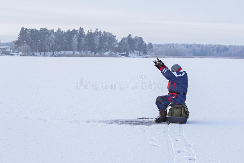 lies russia transbaikalia för fiskfiskeis bara blockerade vinter Fiskaresammanträde på en djupfryst sjö arkivfoto