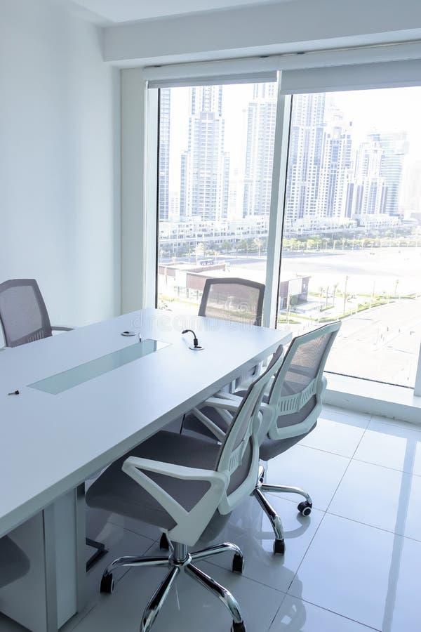 Lieu de réunion avec la vue magnifique de la fenêtre Chaises de bureau et table de conférence dans le bureau Affaires ou trava photographie stock libre de droits