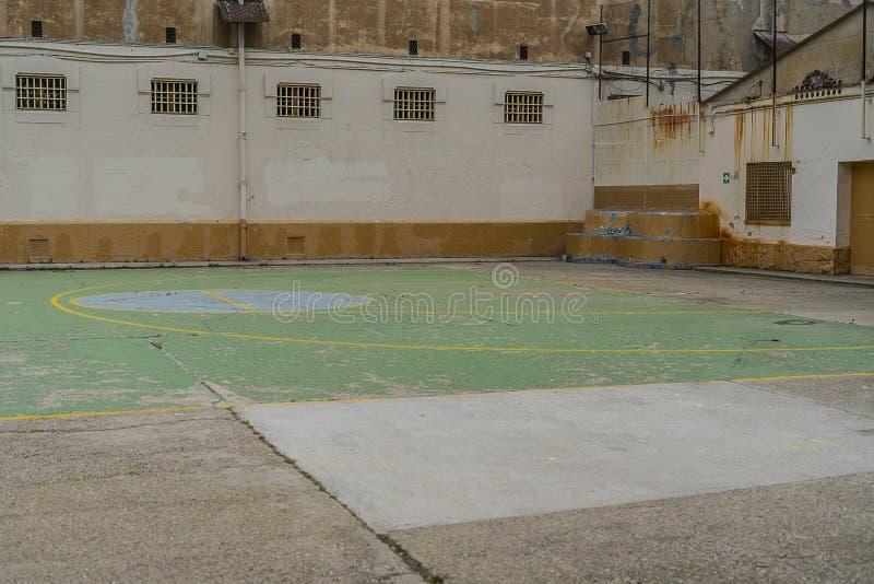 lieu de repos pour des prisonniers dans la cour de prison à côté du champ de basket-ball image libre de droits