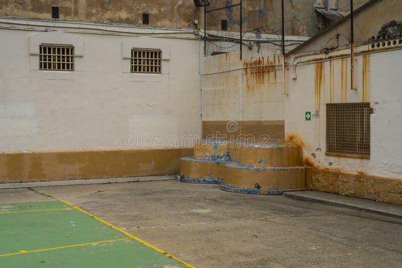 lieu de repos pour des prisonniers dans la cour de prison à côté du terrain de football image stock
