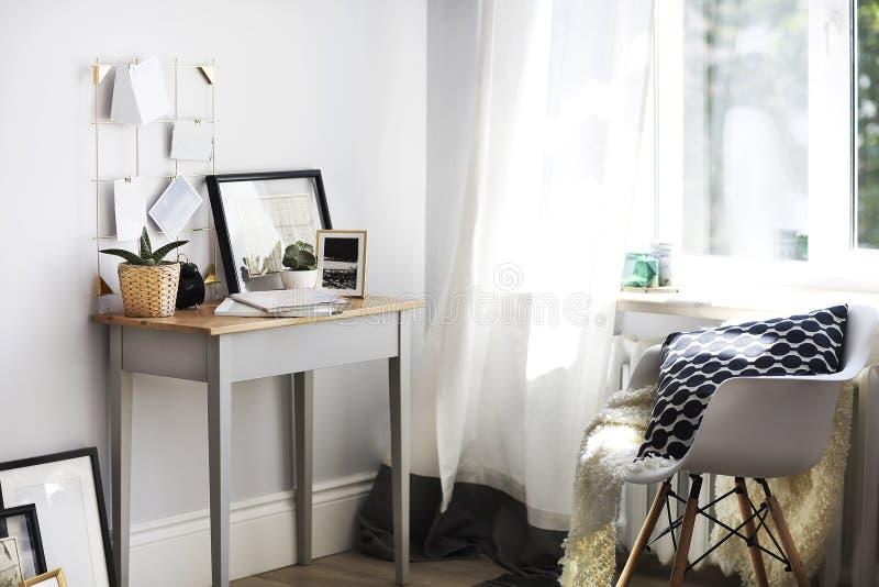 Lieu de travail à la maison avec des usines et le moodboard images libres de droits