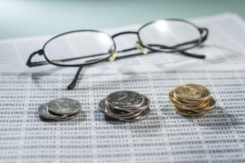 Lieu de travail avec des pièces de monnaie, des documents et des verres photo stock