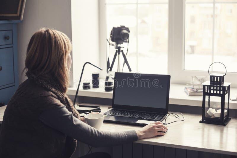 Lieu de travail avec lordinateur portable ouvert avec lécran noir
