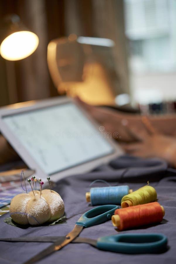 Lieu de travail avec les accessoires de couture images libres de droits
