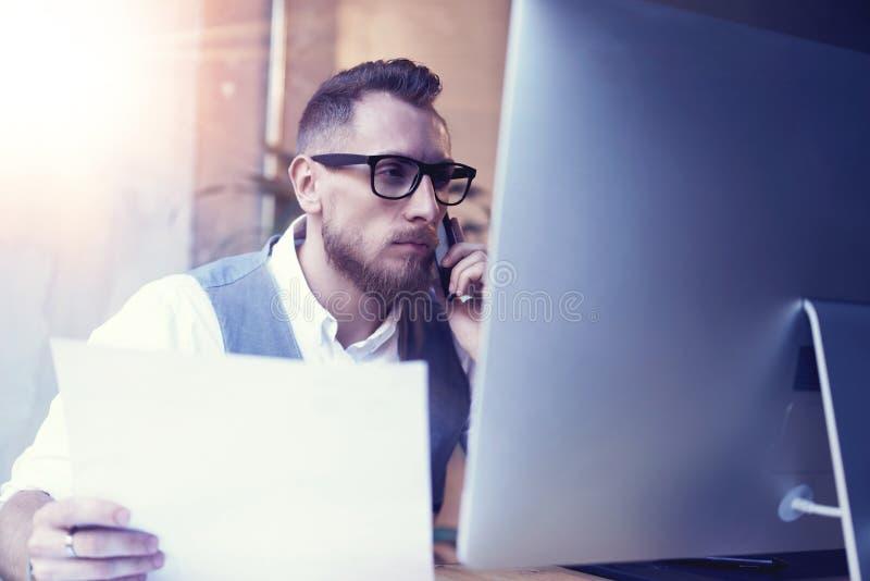 Lieu de travail barbu de stratégie de Thinking Startup Business d'homme d'affaires Homme employant la participation d'associé de  photographie stock