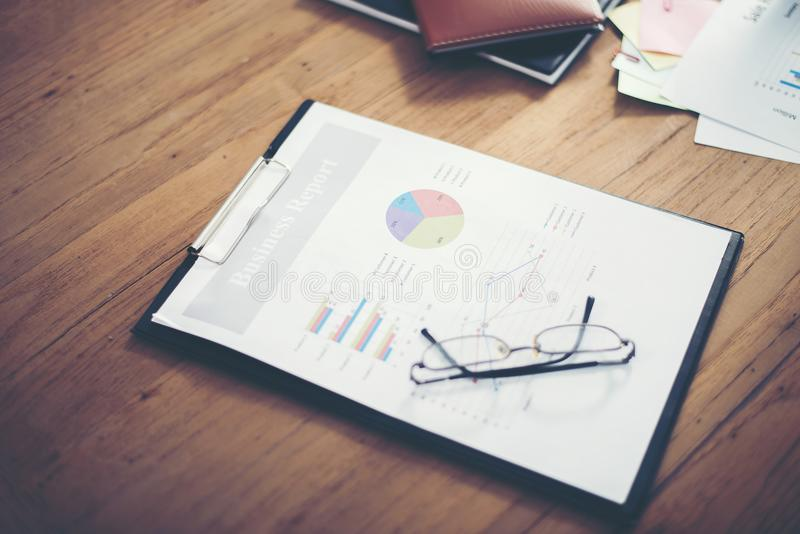 Lieu de travail de bureau avec des diagrammes de rapport de gestion sur le tabl en bois photo libre de droits