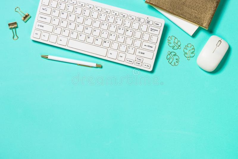 Lieu de travail de bureau avec le clavier, le bloc-notes, les verres et le stylo images libres de droits