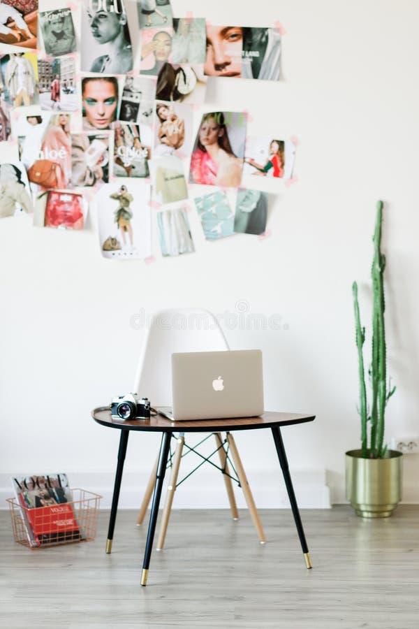 Lieu de travail de concepteur à la maison avec le cactus et le moodboard photos libres de droits