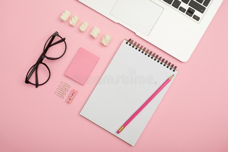 Lieu de travail créatif des bureaux et des accessoires image libre de droits