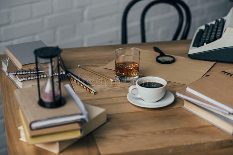 lieu de travail démodé d'auteur avec du café image stock