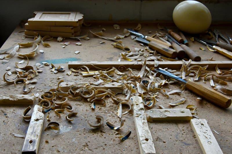 Lieu de travail désordonné d'un woodcarver photographie stock libre de droits