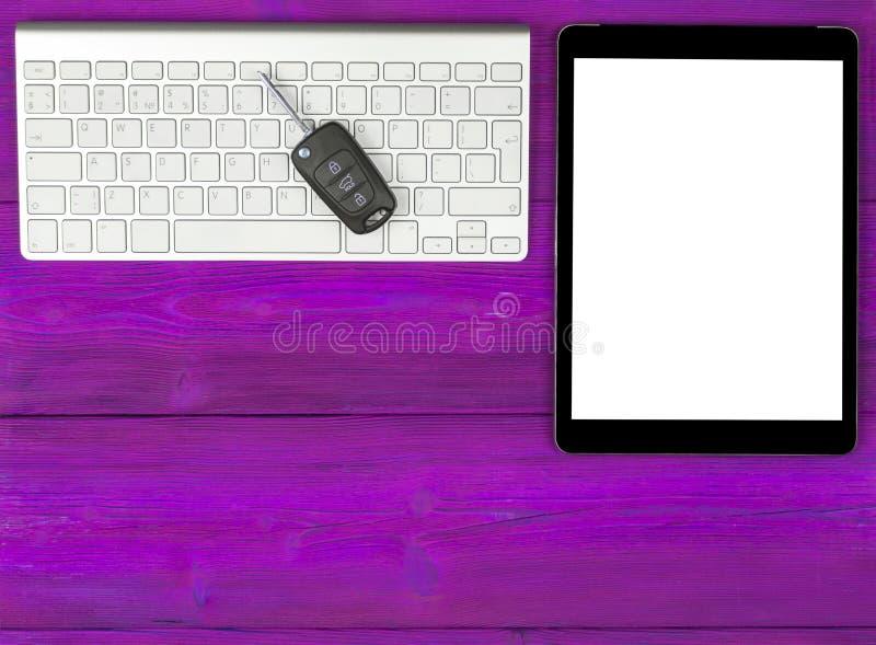 Lieu de travail d'affaires avec des clés sans fil de clavier, de tablette et de voiture sur le fond en bois rose Bureau avec l'es photographie stock libre de droits