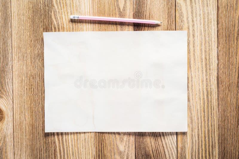 Lieu de travail d'affaires avec le papier et le crayon images stock