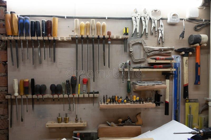 Lieu de travail dans l'atelier : stockage de mur des outils photo stock