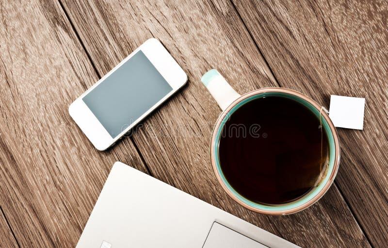 Lieu de travail de bureau avec l'ordinateur portable ouvert sur le bureau en bois photos libres de droits