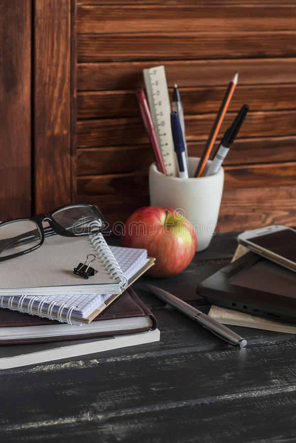 Lieu de travail et accessoires pour la formation, l'éducation et le travail Livres, magazines, carnets, stylos, crayons, comprimé photos libres de droits