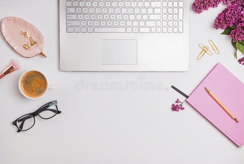 Lieu de travail f?minin moderne avec du caf? et des fleurs photo stock