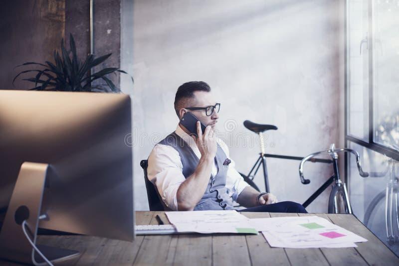 Lieu de travail moderne d'Analyzes Business Strategy d'homme d'affaires barbu Jeune homme travaillant le bureau de démarrage Util photo libre de droits