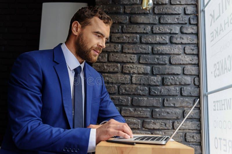 Lieu de travail moderne et unique d'homme d'affaires image stock