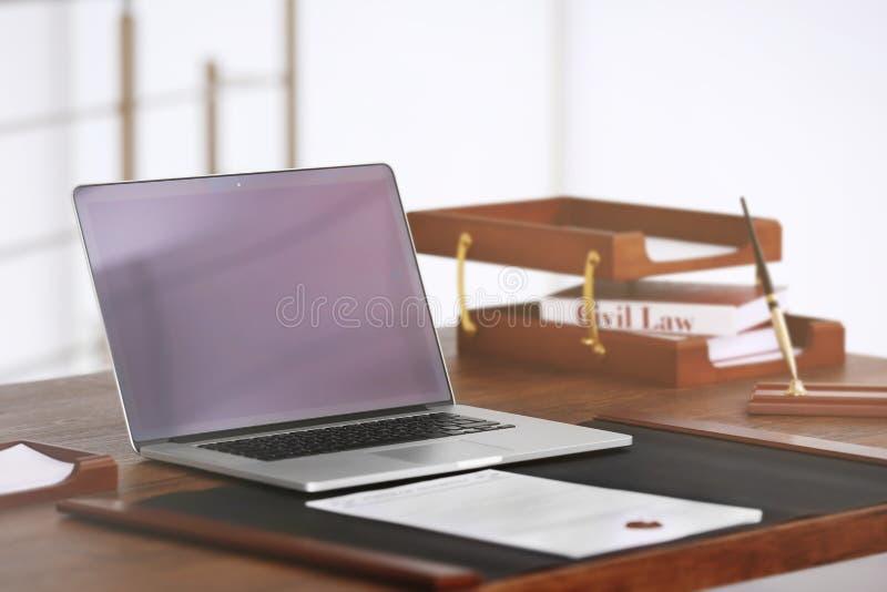 Lieu de travail de notaire avec l'ordinateur portable photo libre de droits