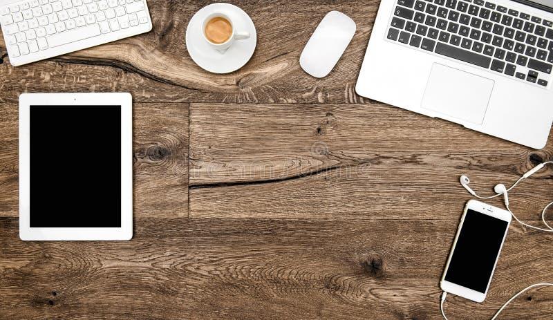 Lieu de travail numérique de téléphone de PC de comprimé de café d'ordinateur portable de bureau photographie stock libre de droits