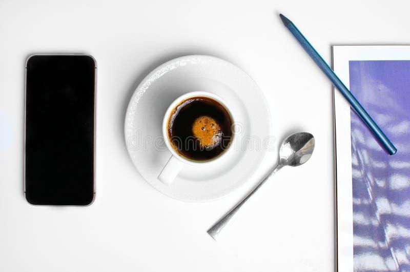 Lieu de travail sur le dessus avec du café et le téléphone photographie stock libre de droits