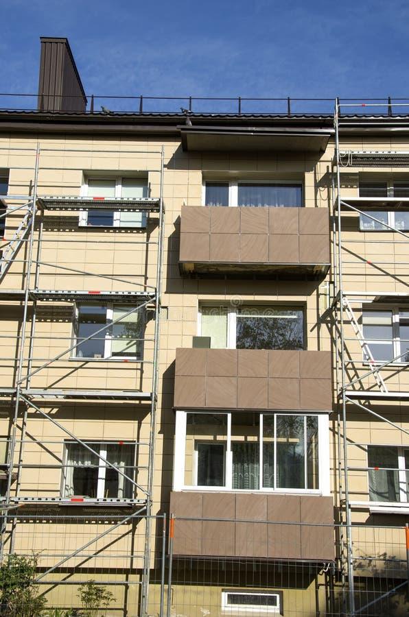 Lieu de travail urbain de rénovation de balcon de maison photographie stock