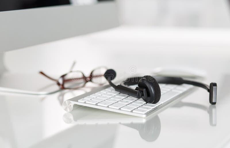 Lieu de travail vide de l'opérateur de service de centre d'appels photos libres de droits
