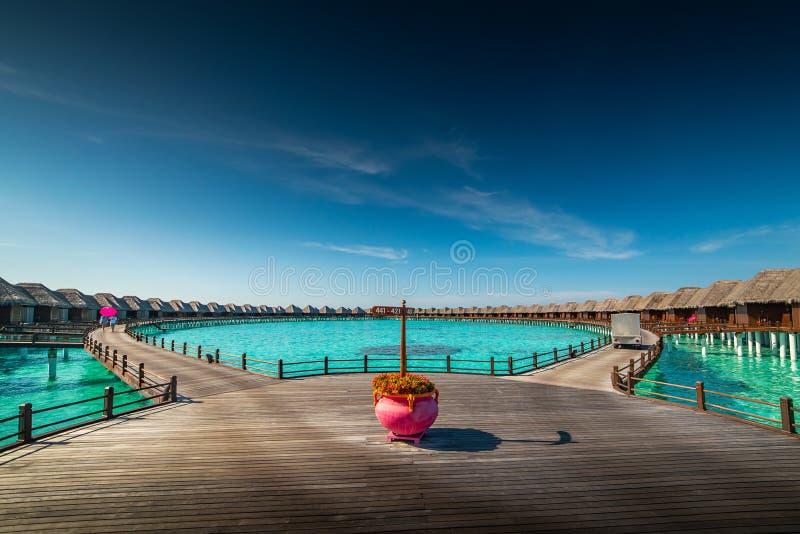 Lieu de villégiature luxueux avec des villas de l'eau en Maldives, station de vacances d'hôtel images libres de droits