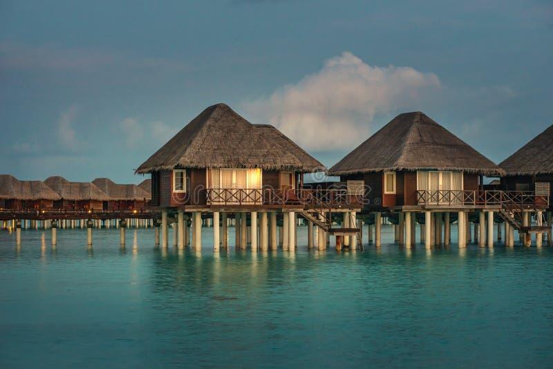 Lieu de villégiature luxueux avec des villas de l'eau en Maldives, station de vacances d'hôtel photographie stock