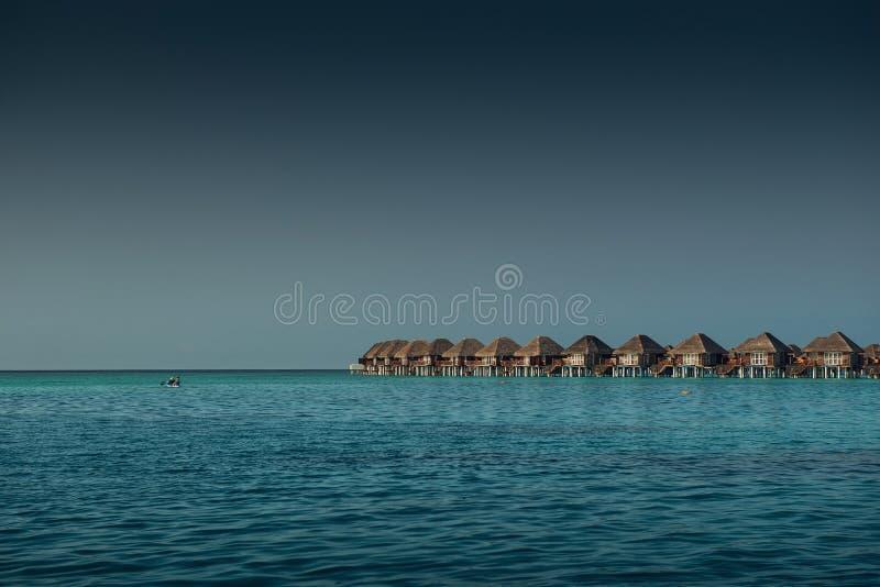 Lieu de villégiature luxueux avec des villas de l'eau en Maldives, station de vacances d'hôtel image libre de droits