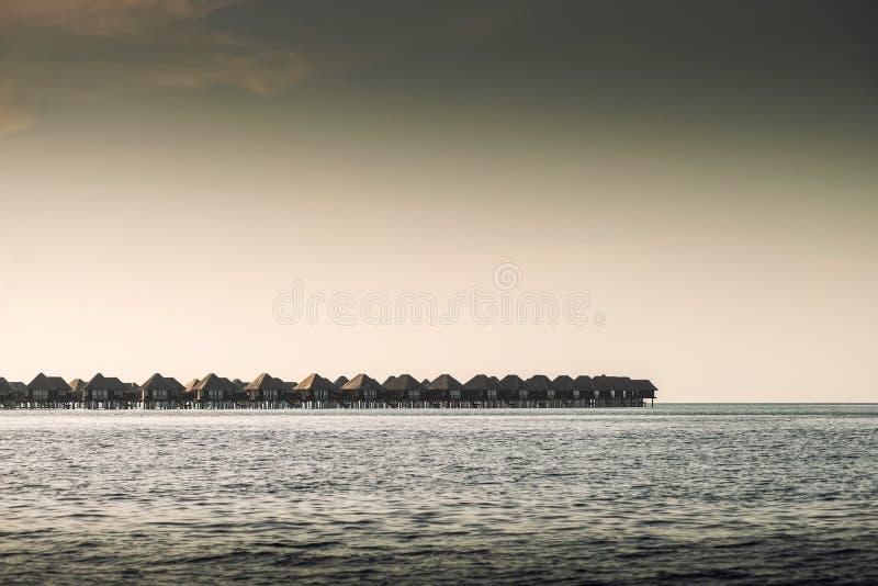 Lieu de villégiature luxueux avec des villas de l'eau en Maldives, station de vacances d'hôtel photographie stock libre de droits